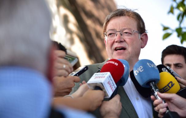 El presidente de la Generalitat Valenciana, Ximo Puig, atiende a los medios de comunicación antes del encuentro con empresarios en Valencia