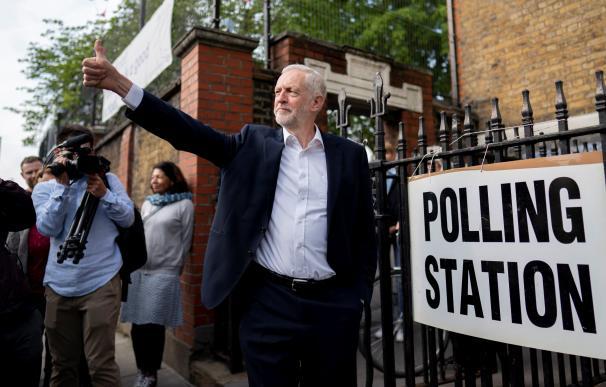 Jeremy Corbyn, a la salida de un colegio electoral este jueves