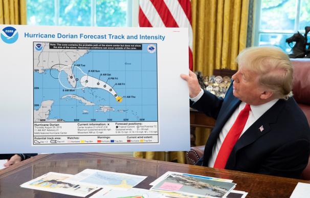 Trump enseña el mapa con la predicción del NHC sobre el huracán Dorian