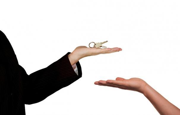 Fotografía de una entrega de llaves (hipoteca).
