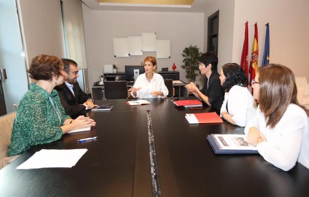 María Chivite, Javier Remírez y Elma Saiz se reúnen con representantes del grupo de madres y padres que reclaman el dinero tributado en el IRPF