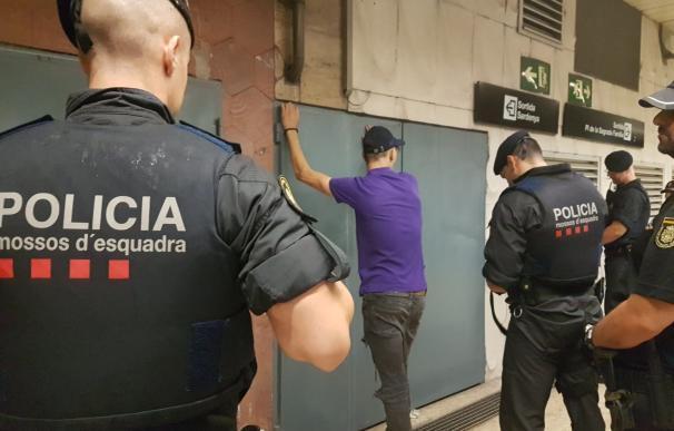 Agentes de los Mossos durante una detención en Barcelona. / Europa Press