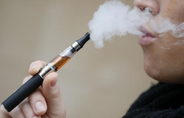 Los vapeadores gastan una media de 325 euros al año, 1.300 euros menos que los fumadores