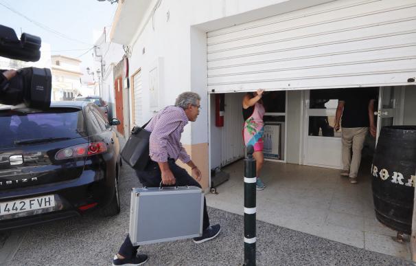 Un inspector de sanidad de la Junta entra en la empresa Sabores de Paterna. / EFE