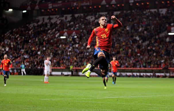 El delantero de la selección española, Rodrigo Moreno, celebra el segundo gol durante el encuentro clasificatorio para la Eurocopa 2020 que disputan esta noche frente a la selección de Islas Feroe en el estadio de El Molinón, en Gijón. EFE / Alberto Moran