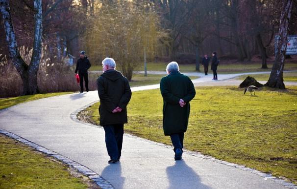 Fotografía de dos ancianos caminando.