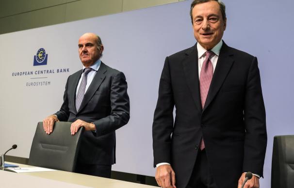 El presidente del BCE, Mario Draghi, junto al vicepresidente, Luis de Guindos