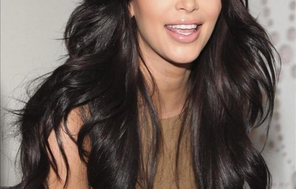 Kim Kardashian enharinada en la alfombra roja de un acto en Hollywood
