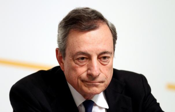 Draghi mira al infinito tras la reunión del BCE en Vilnius (Lituania).