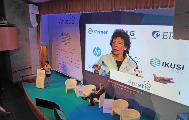 La portavoz del Gobierno y ministra de Educación y Formación Profesional en funciones, Isabel Celaá, interviene en el 33º Encuentro de la Economía Digital y las Telecomunicaciones, organizado por la Universidad Internacional Menéndez Pelayo (UIMP).
