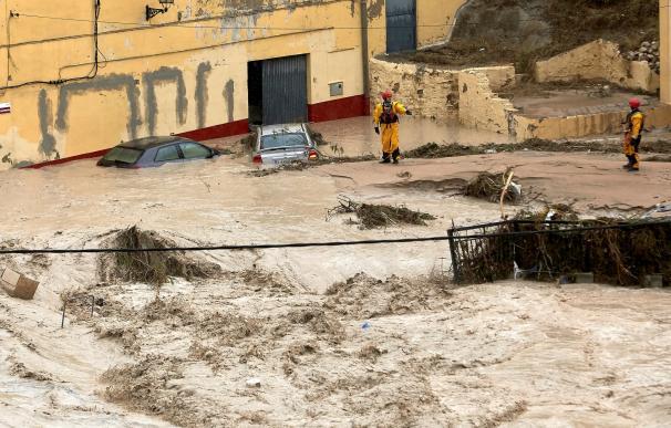 Miembros del equipo de rescate inspeccionan este jueves Ontinyent donde el río Clariano se ha desbordado
