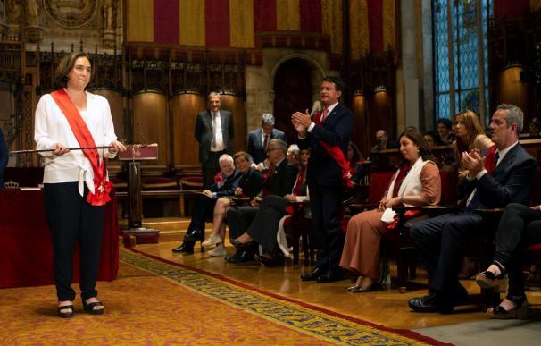 La candidata de Barcelona en Comú a la reelección como alcaldesa de Barcelona, Ada Colau, con el bastón de mando tras haber sido reelegida. /EFE