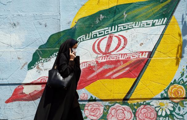 Una mujer iraní camina junto a una pintura mural en una calle de Teherán, Irán, 22 de junio de 2019. /EFE
