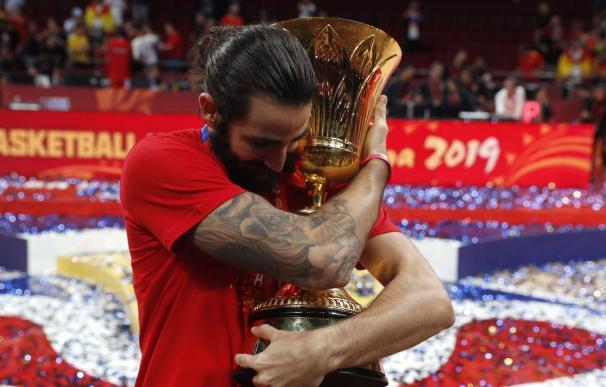 Ricky Rubio abraza la copa de campeones del mundo. / EFE