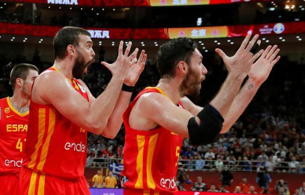 Rudy Fernández y Marc Gasol lamentan la decisión de un árbitro en la final. / EFE