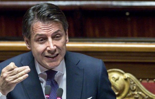 El presidente del gobierno italiano, Giuseppe Conte (c), da un discurso ante el Senado en Roma, Italia (EFE / Angelo Carconi).