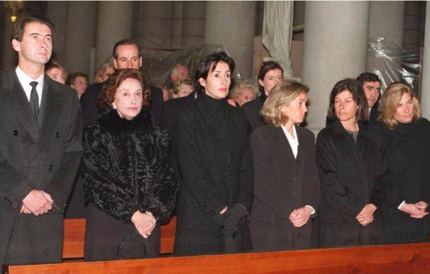 Carmen Franco, segunda por la izquierda, junto a sus hijos José Cristóbal, Carmen, Arantxa, Merry, Mariola, Francisco y Jaime.