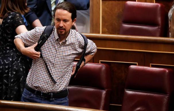 Pablo Iglesias con la mochila en el Congreso de los Diputados