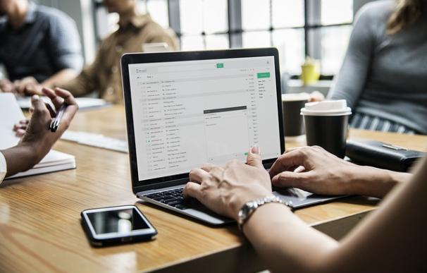 Fotografía de un ordenador utilizando el correo electrónico.