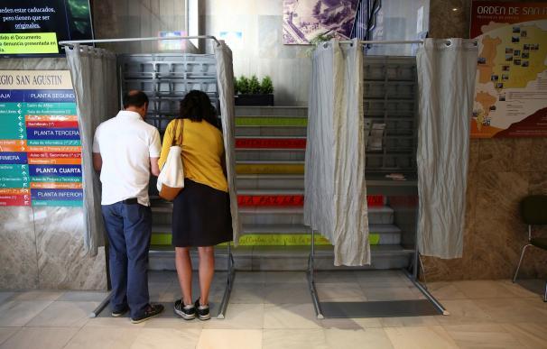 Los primeros ciudadanos en el colegio electoral San Agustín en Madrid comienzan a ejercer su derecho al voto. EFE/ Rodrigo Jiménez