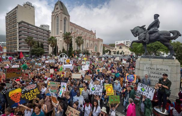 Concentración en favor del clima en Ciudad del Cabo. / EFE