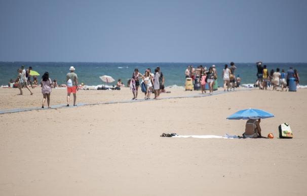 La playa de la Malvarrosa en la ciudad de Valencia el mismo día del inicio del verano 2019.