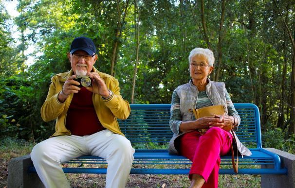 Fotografía de dos pensionistas felices.