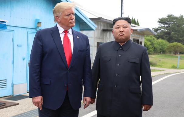 El presidente de los Estados Unidos, Donald J. Trump (L), con el líder norcoreano, Kim Jong-un, en la Zona Desmilitarizada. /EFE