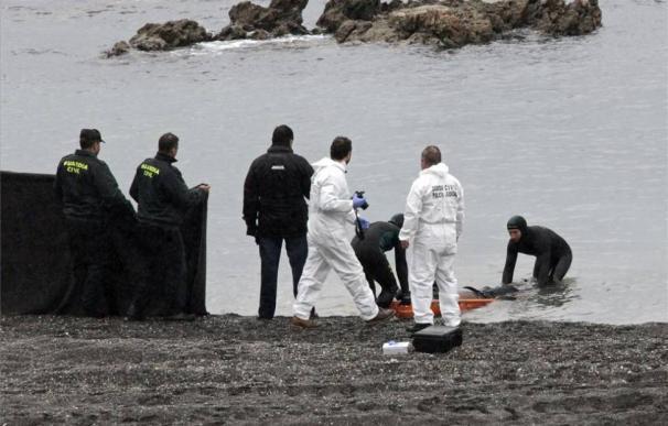 Labores de rescate de uno de los fallecidos en la tragedia del Tarajal, en Ceuta. / EFE