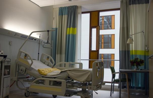 Fotografía de la cama de un hospital.