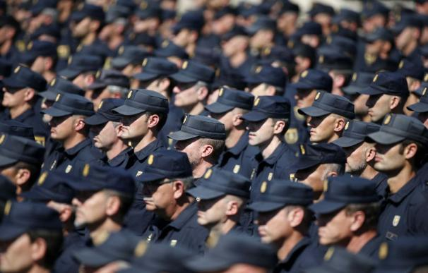 Policías nacionales en un acto del cuerpo.