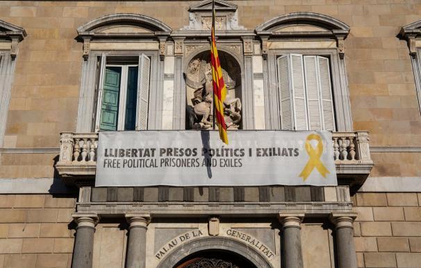 """Torra vuelve a colgar la pancarta de los """"presos políticos"""" en la Generalitat"""