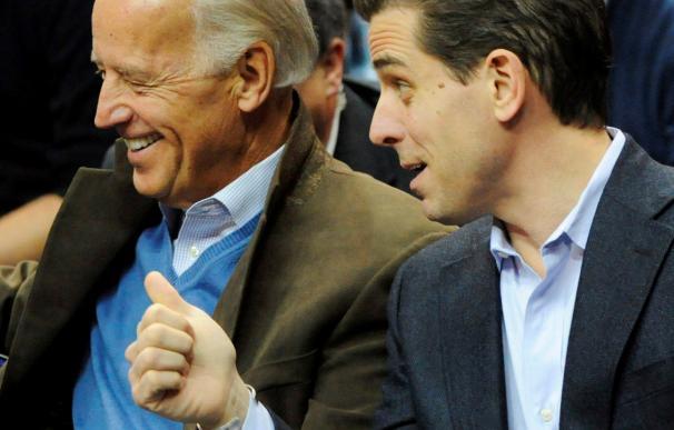 Joe Biden (i), y a su hijo Hunter Biden (d). / EFE