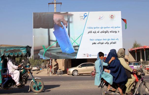 Cartel anunciando las elecciones en Afganistán
