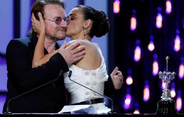 Penélope Cruz recibe el premio Donosti de manos de Bono. / EFE