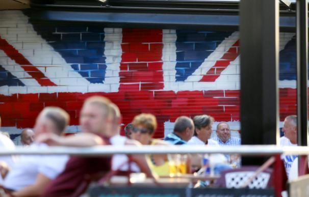Turistas británicos en Benidorm. / EFE