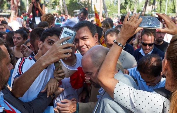 Los asistentes a la Fiesta de la Rosa de los socialistas catalanes celebrada en Gavà (Barcelona) se fotografían con el presidente del Gobierno en funciones, Pedro Sánchez, que ha intervenido en el acto.