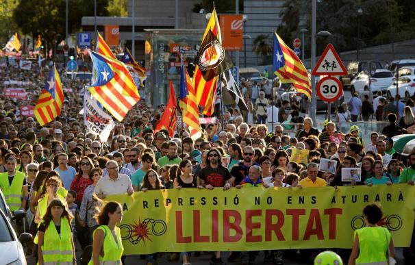 Cientos de personas participan en una manifestación que ha pasado por delante de los juzgados y por las calles de Sabadell para reclamar la puesta en libertad de los siete miembros de los CDR que ingresaron el jueves en prisión. EFE/ Susanna Sáez