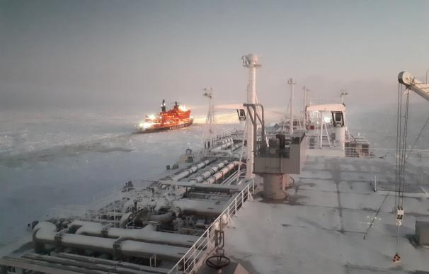 Imagen del buque Eduard Toll mientras recorre la ruta del Mal del Norte. /Foto: Teekay