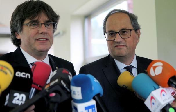 El presidente de la Generalitat, Quim Torra (d) y el expresidente catalán Carles Puigdemont (i) en Waterloo (Bélgica). EFE/ Ana Belinchón