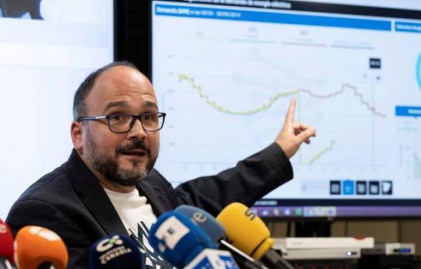 El consejero de Transición Ecológica, José Antonio Valbuena, muestra el gráfico con la caída del sistema eléctrico de Tenerife el domingo.