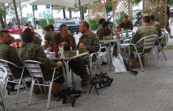 La imagen de los militares en una terraza de Cataluña