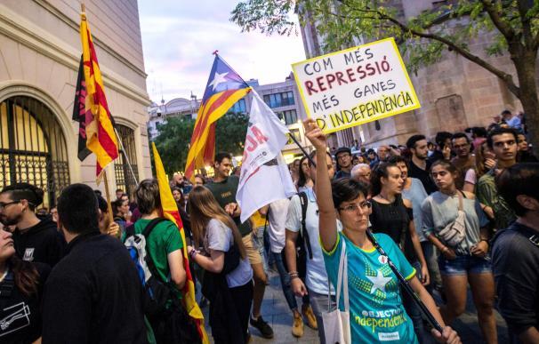 Decenas de personas protestan por la detención de los CDR en Sabadell. / EFE