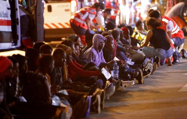 La llegada a Melilla de 72 inmigrantes rescatados por Salvamento en Chafarinas. /EFE