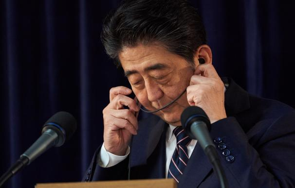 El primer ministro de Japón, Shinzo Abe, ajusta sus auriculares durante la conferencia de prensa al final de la Cumbre del G7 en la ciudad de Quebec, el 9 de junio de 2018.EFE / EPA / ANDRE PICHETTE
