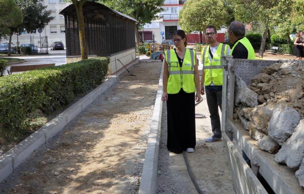 La alcaldesa de Móstoles, Noelia Posse, visita unas boras de acerado