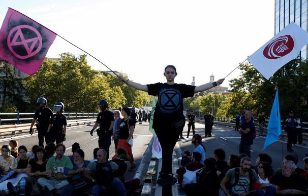 Activistas por el cambio climático cortan el tráfico en Madrid. /EFE