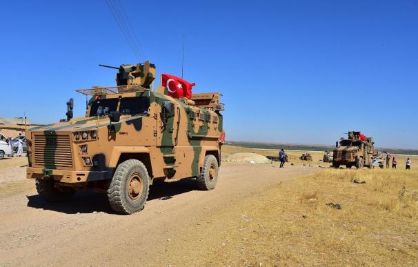 Un carro blindado turco en la frontera con Siria