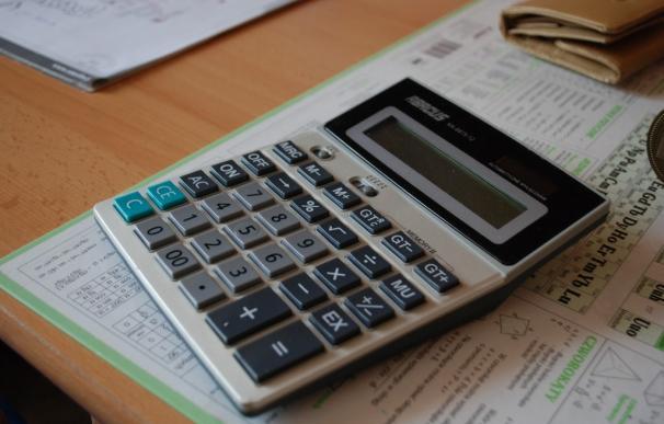 Fotografía de una calculadora con dinero.