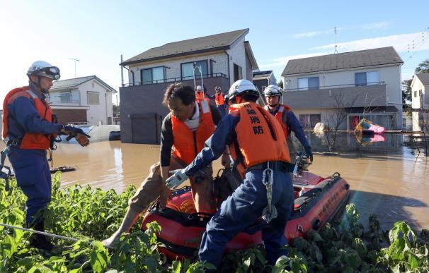 Trabajos de rescate en áreas inundadas en Kawagoe, prefectura de Saitama, Japón, el 13 de octubre de 2019. /EFE/EPA/JIJI PRESS